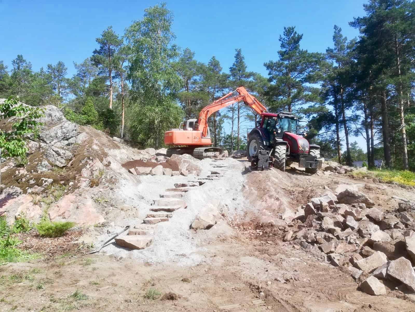 Piharakentaminen_maatyöt-rinne-kiviportaat